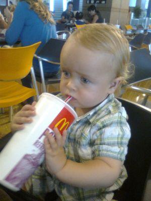 Alex met een McDonalds colatje!